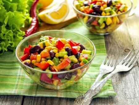 Пъстра салата с царевица, авокадо и лайм - снимка на рецептата
